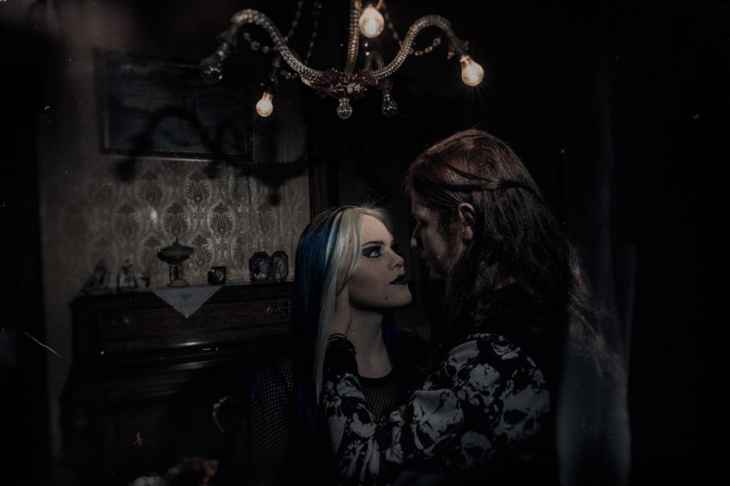 ensaio-dark-obscuro-casal-gótico-fotografia-lúcio-carvalho-casais-poços-de-caldas-mansão-frahya-wedding-e-session